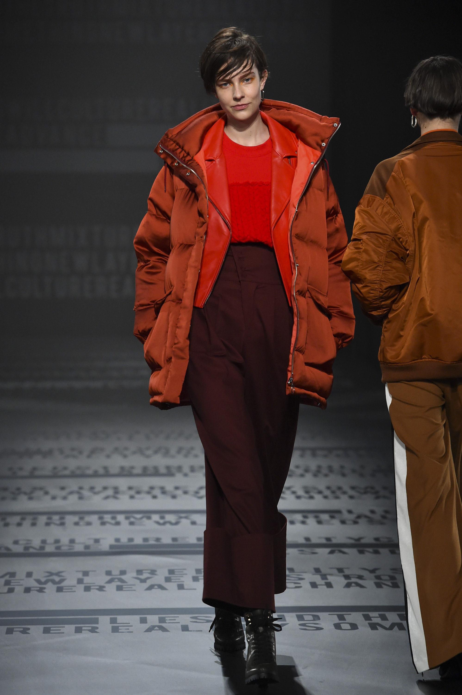 Hare куртка пуховик оранжевого цвета 2019 с бордовыми брюками