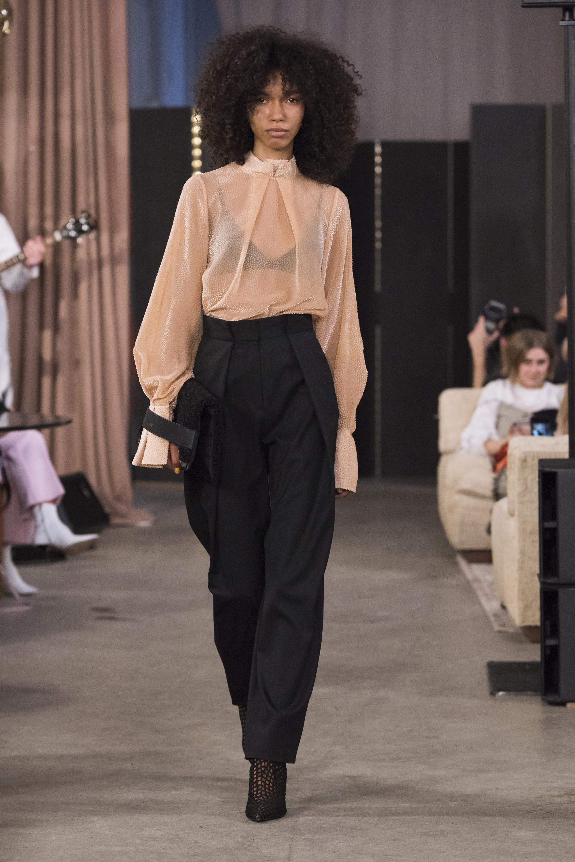 House of Dagmar кремового цвета блузка 2019 с черными брюками