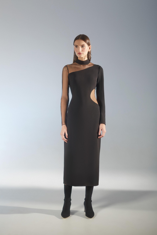House of Fame черное удлиненное платье с вырезом на талии с одним длинным рукавом из такой же ткани и рукавом из прозрачной черной ткани 2018-2019