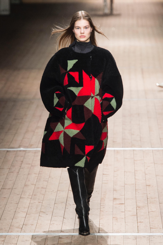 Isabel Marant шуба из черного меха 2019 с яркими разноцветными кусочками меха