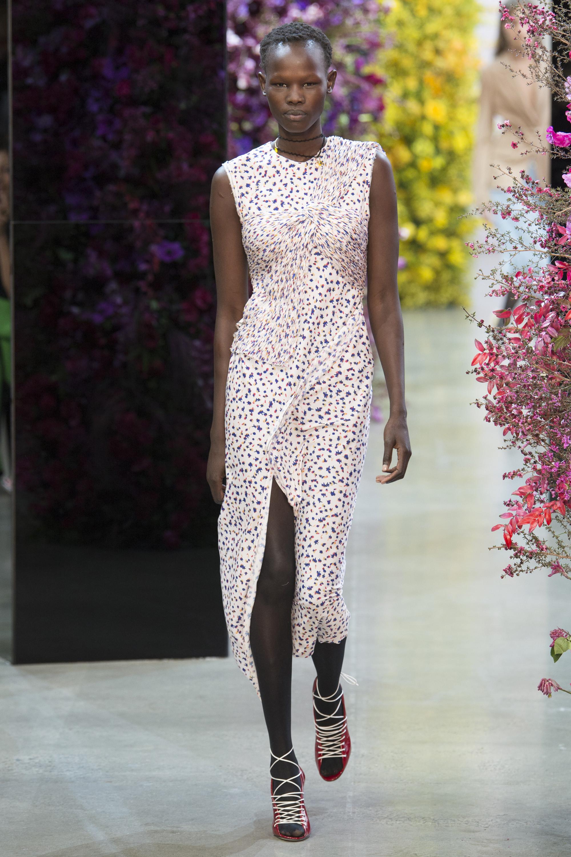 Jason Wu светлое прямое платье с принтом и длинным разрезом 2018-2019.