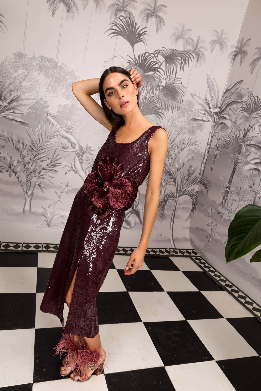 Johanna Ortiz коричневого цвета прямое платье с серебристым отливом и большим цветком 2018-2019.