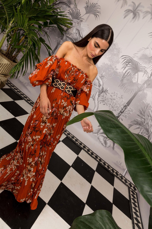 Johanna Ortiz длинное платье декольте оранжевого цвета с цветочным принтом и широким черным поясом с орнаментом 2018-2019.
