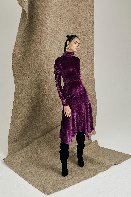 Josie Natori ультрафиолетового цвета бархатное платье 2019 с черными сапогами