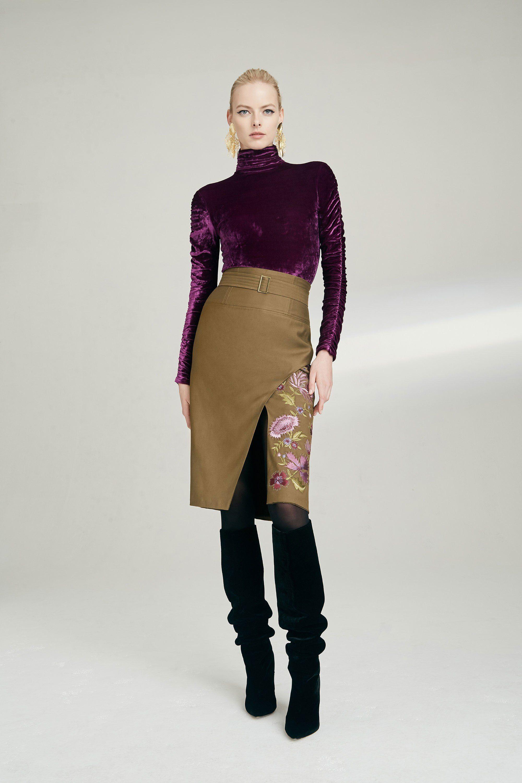Josie Natori фиолетовая бархатная блузка 2019 с бежевой юбкой с разрезом и вышивкой