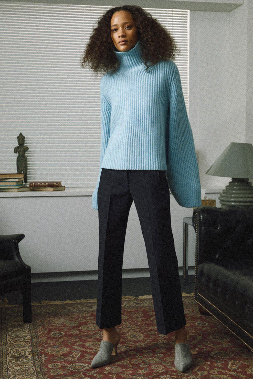 Khaite голубой свитер с объемными рукавами 2019 с черными брюками