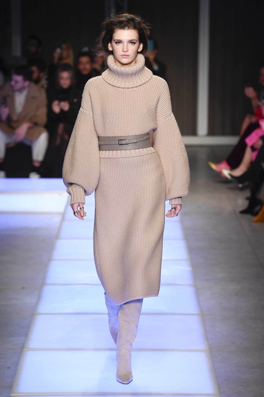 Les Copains бежевое платье крупной вязки с удлинёнными рукавами 2018-2019