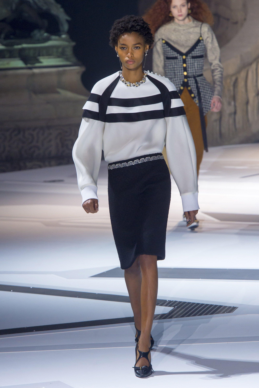 Louis Vuitton белая кофта с горизонтальными черными полосами 2019 с черной юбкой