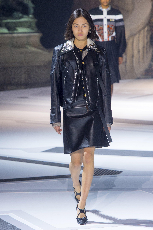 Louis Vuitton кожаная куртка косуха 2019, новая модель с декорированным воротом, и кожаная юбка, ставшая трендом моды 2019