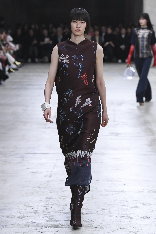 Mame удлиненное прямое платье коричневго цвета с ярким цветочным принтом 2018-2019.