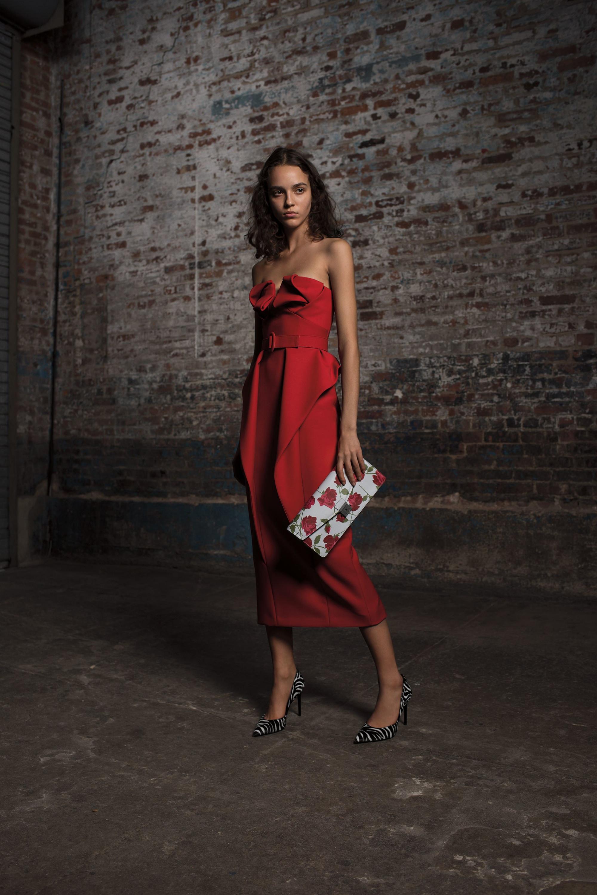 Michael Kors Collection красное удлиненное платье декольте 2018-2019