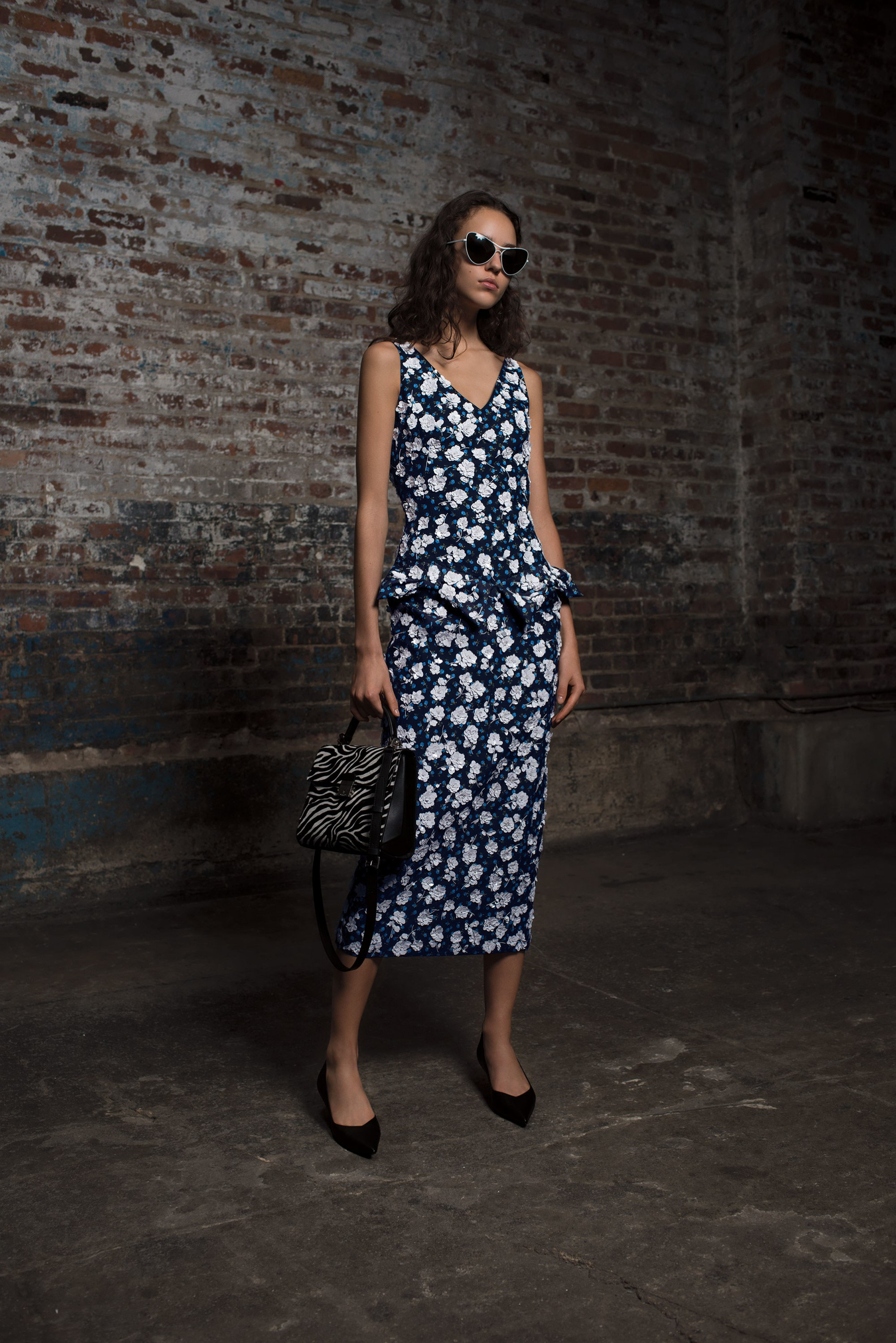 Michael Kors Collection удлиненное прямое платье черного цвета с белым цветочным принтом 2018-2019.