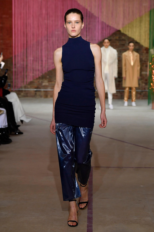 Milly блетящие брюки темно-синего цвета 2019 с темно-синей блузкой