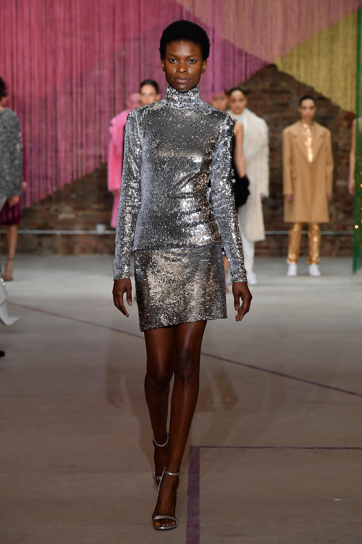 Milly платье с серебристым оттенком и паетками 2019 с серебристыми туфлями