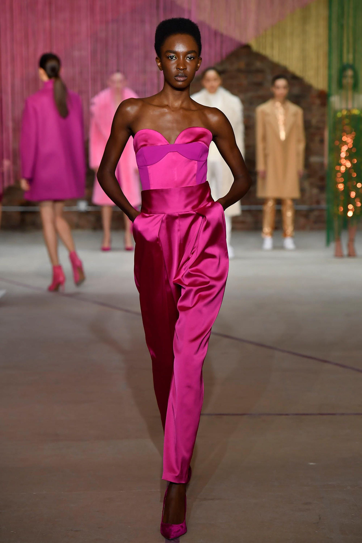 Milly атласные брюки розово-фиолетового цвета с топом 2019 и фиолетовыми бархатными туфлями