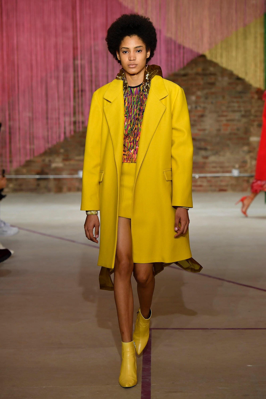 Milly ярко-желтого цвета пальто 2019 с короткой юбкой и желтыми сапожками