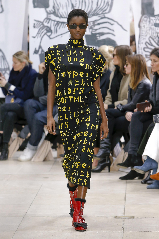 Miu-Miu черное прямое удлиненное платье с принтом в виде надписи желтого цвета 2018-2019.