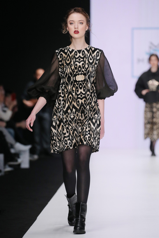 Luisa Beccaria короткое черно-белое платье с пышными рукавами черного цвета из прозрачной ткани 2018-2019