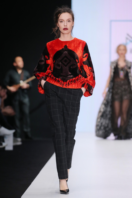 Mursak красная кофта с черным рисунком 2019 с брюками в клетку