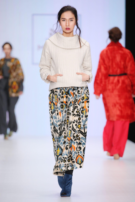 Mursak белый свитер с карманами 2019 с длинной разноцветной юбкой