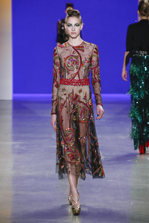 Naeem Khan платье из прозрачной ткани с ярким принтом красных тонов 2018-2019.