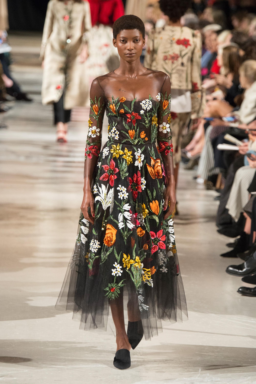 Oscar de la Renta черное платье с очень ярким цветочным принтом 2018-2019.