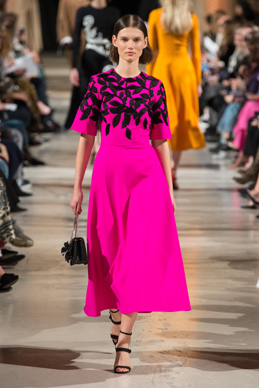 Oscar de la Renta удлиненное платье яркого розово-фиолетового оттенка с принтом в виде черных лепестков 2018-2019.