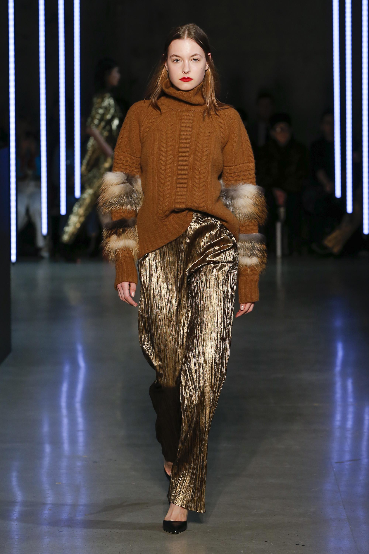 Sally LaPointe коричнего цвета свитер с мехом 2019 с брюками золотистого цвета