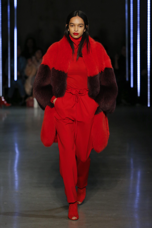 Sally LaPointe шуба ярко-красного цвета 2019 с большой вставкой из коричнего цвета