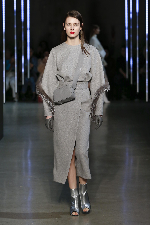 Sally LaPointe серое платье с меховой бахромой 2018-2019