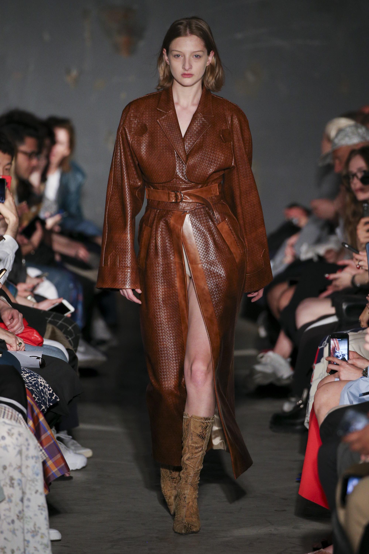 Situationist коричневый кожаный плащ 2019