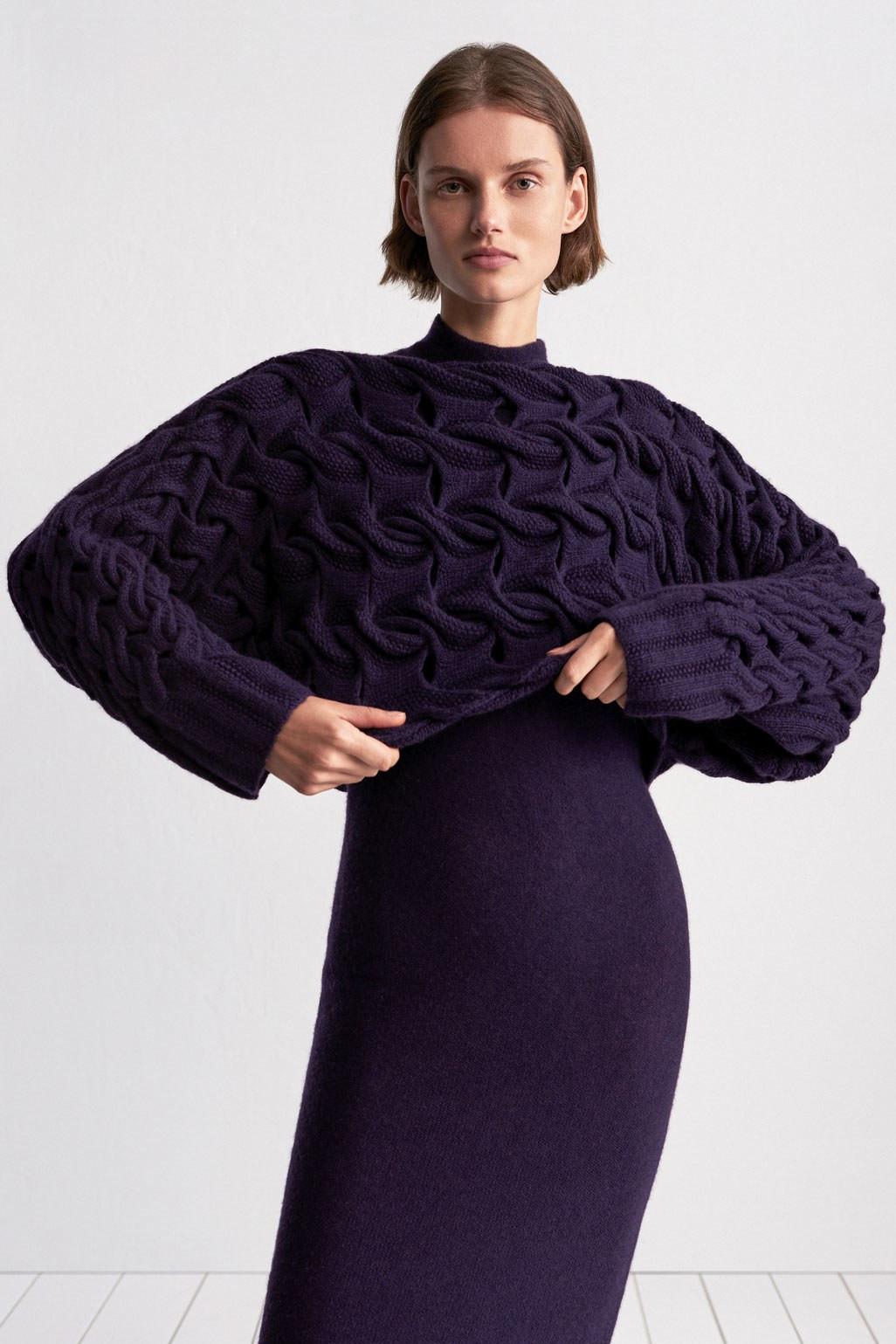TSE свитер темно-фиолетового цвета крупной вязки 2019 с фиолетовым платьем