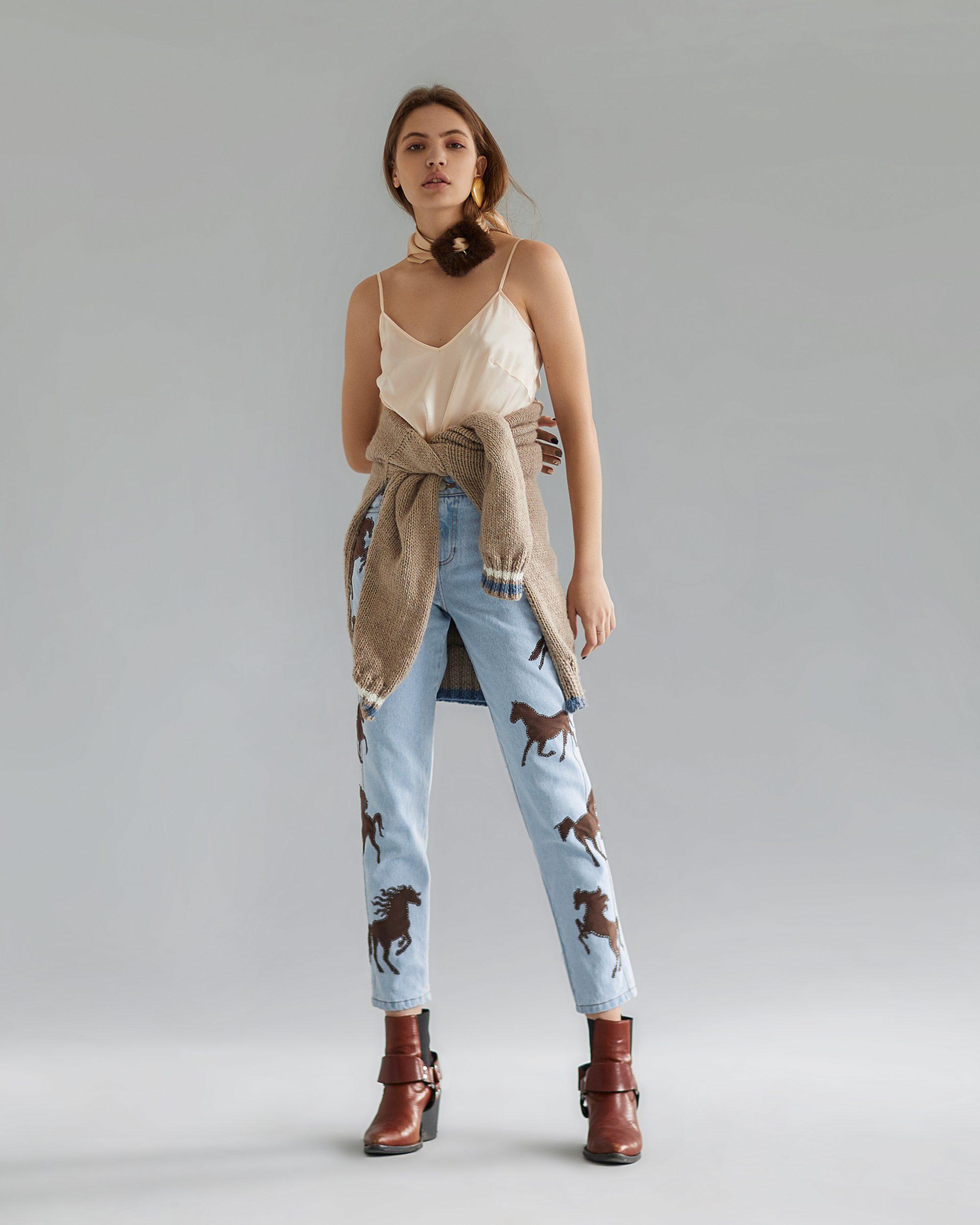 Модный образ с джинсами и топом на бретельках и кофтой на поясе в коллекции Tatman 2019