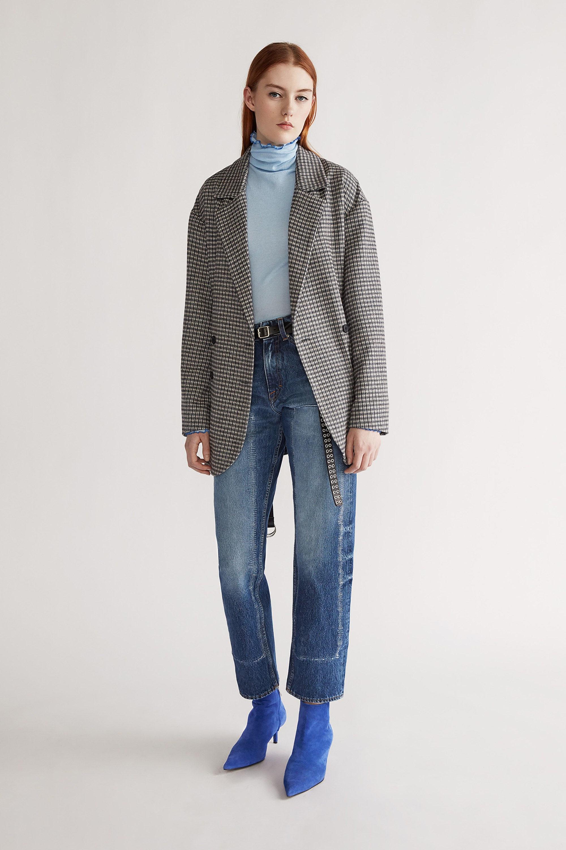 Tiger Of Sweden прямые укороченные джинсы 2019 с серым пиджаком в мелкую клетку и голубыми замшевыми сапожками
