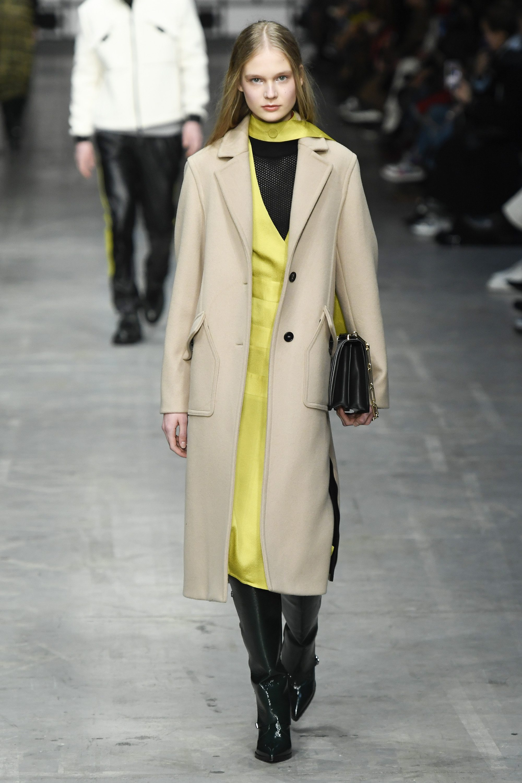 Trussardi классическое бежевое пальто 2019 в новой модной коллекции