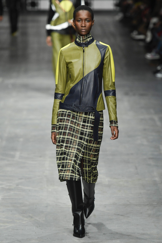 Trussardi кожаная куртка сочетиние цветов оливкового и черного 2019 с клетчатой юбкой