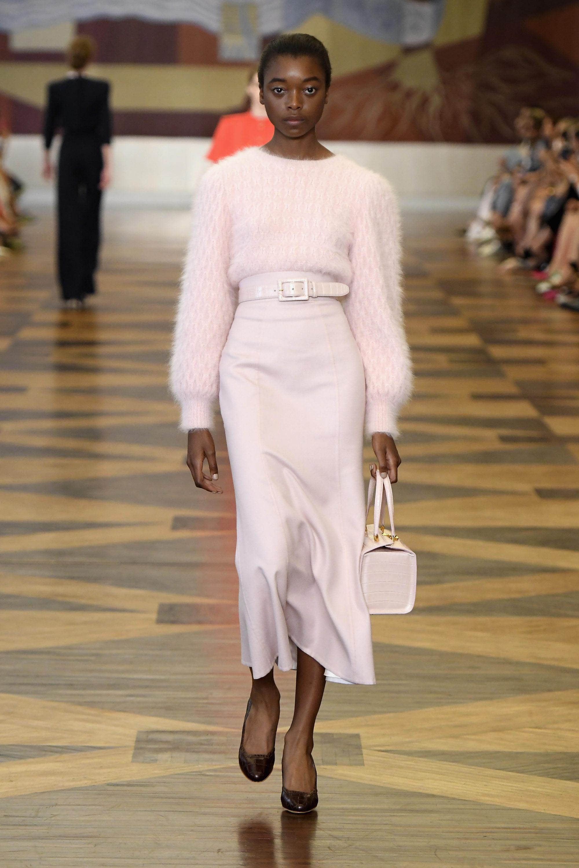 Ulyana-Sergeenko нежно-розового цвета юбка с пушистой трикотажной кофтой 2019 с сумкой в тон и черными туфлями