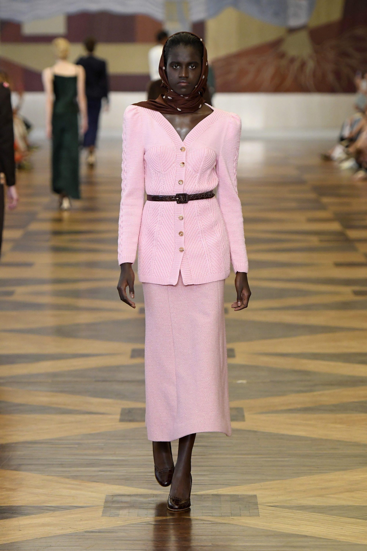 Ulyana-Sergeenko розовая юбка с вязаным жакетом 2019 с черными туфлями