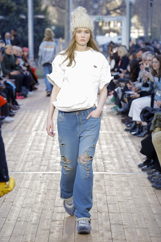 Модный лук в коллекции Undercover 2019 с объемной шапкой и рваными джинсами