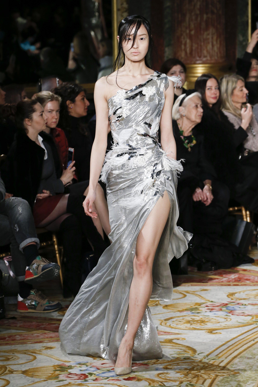 Valentin Yudashkin роскошное длинное вечернее платье 2019 серого цвета с длинным разрезом