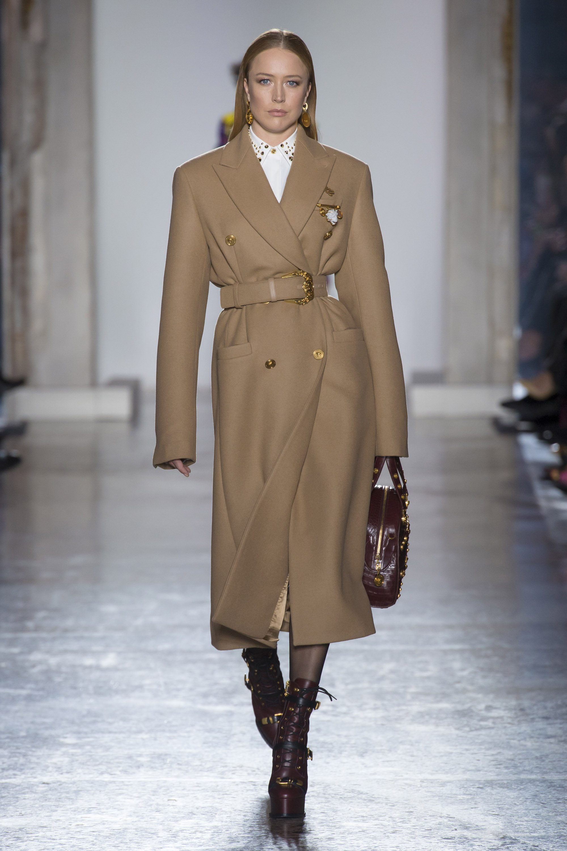 Versace оригинальная модель бежевого пальто 2019 с декором пуговицами