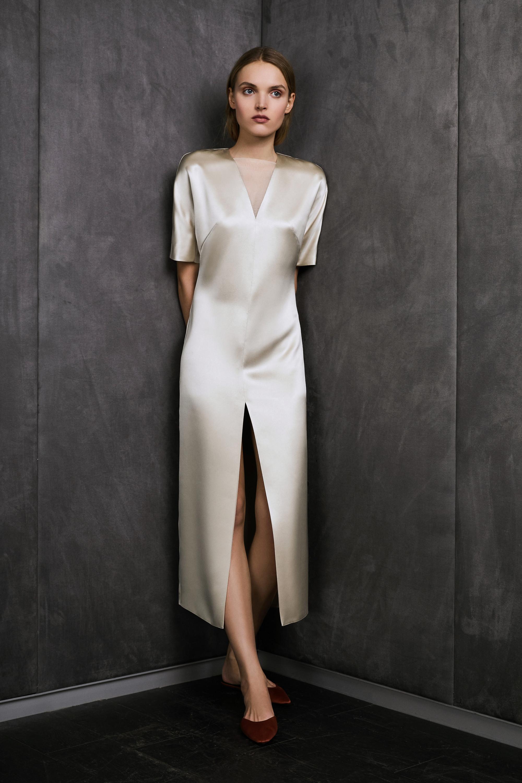 Vestiaire светлое шелковое платье с длинным разрезом 2018-2019