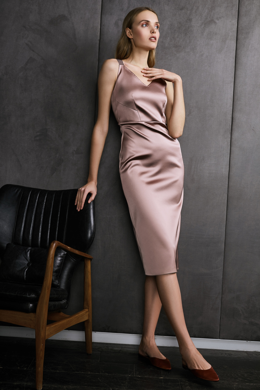 Vestiaire обтягивающее шелковое платье бежевого цвета 2018-2019