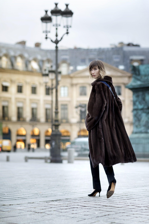 by Giulia новая модель шубы в моде 2019, на фото - классическая модель коричневого цвета из норки