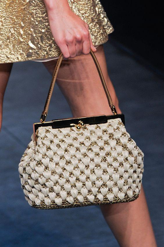 Фото вязаная сумка в белом цвете с фермуаром, вязание крючком