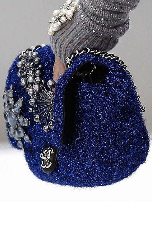 Синяя вязаная сумка из мягкой блестящей пряжи