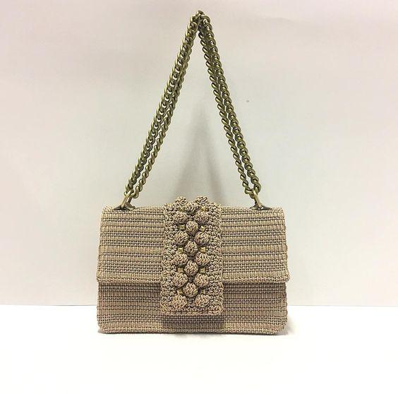 Идея украшения вязаной сумки с полоской узор шишечки или попкорн