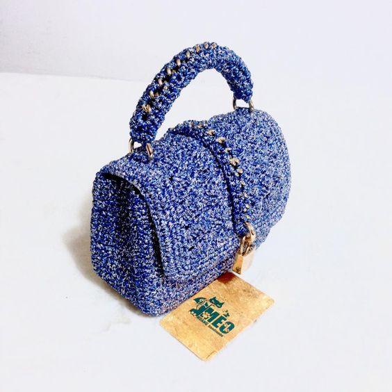 Вязаная сумка из синей пряжи крючком и украшена цепями