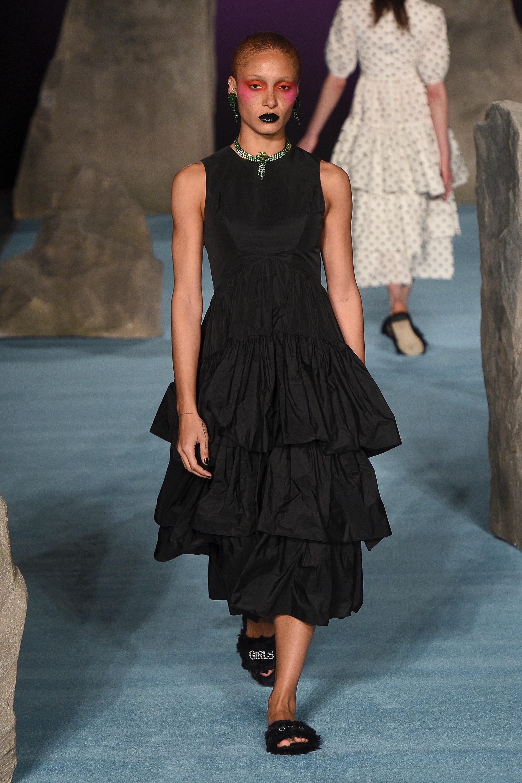 Ashley Williams черное платье 2019 с воланами