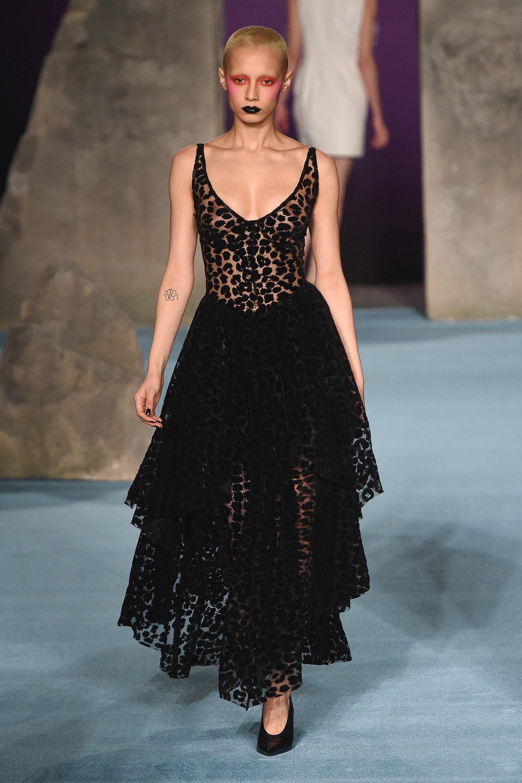 Ashley Williams кружевное черное платье 2019 с воланами